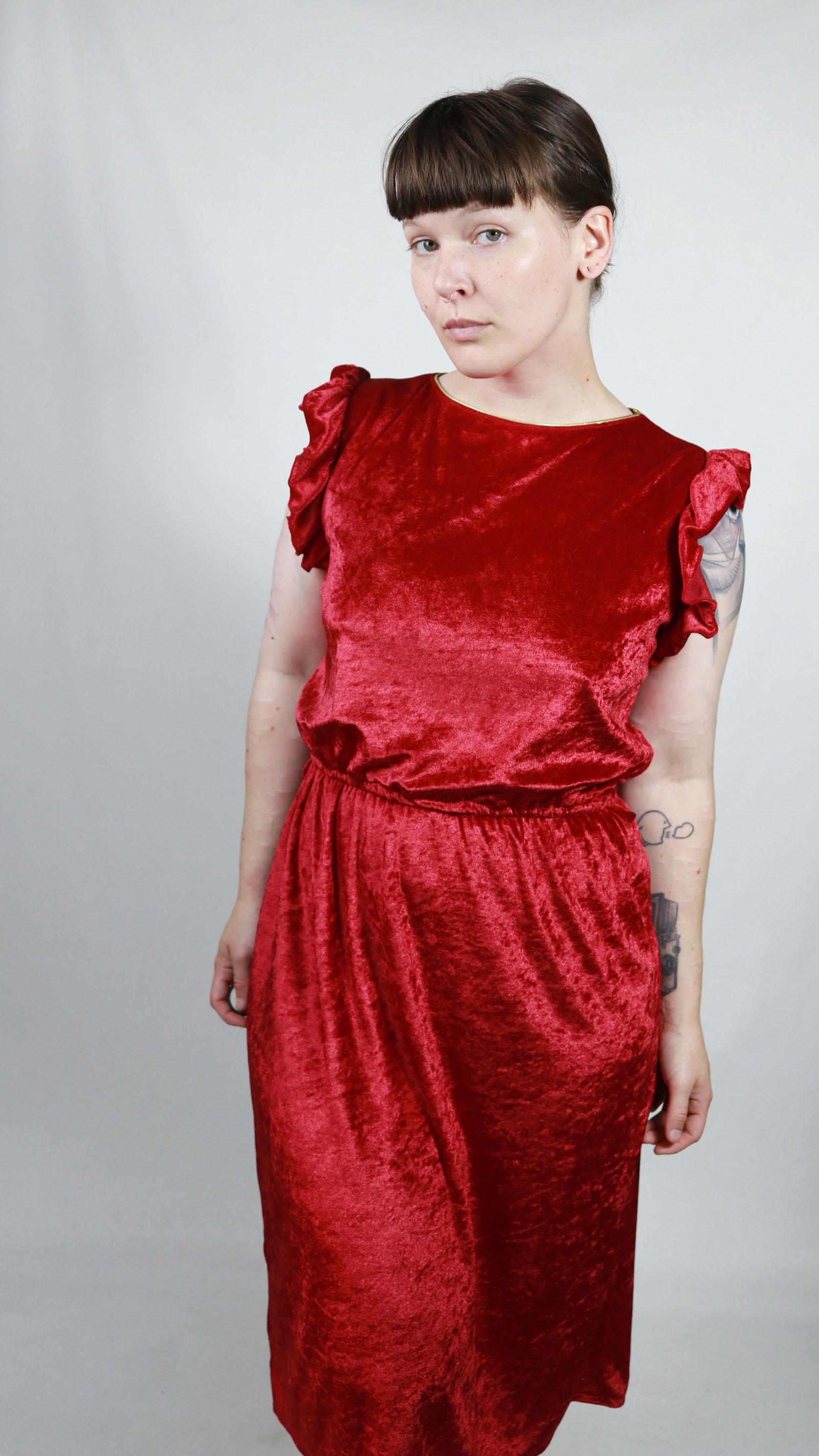 Knallrotes, samtiges Kleid mit kurzen, verspielten Ärmeln ...